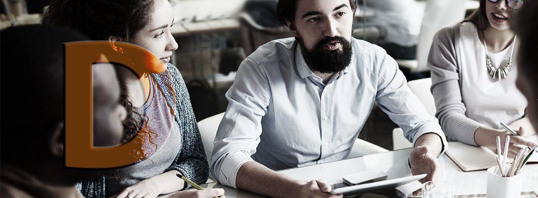 Människor som diskuterar vid ett bord.